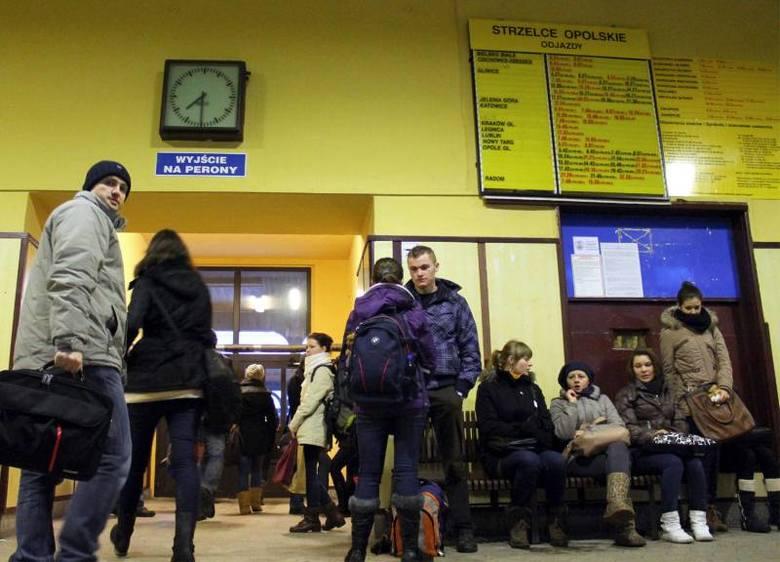 Z powodu chaosu w Kolejach Śląskich ucierpieli też Opolanie, najbardziej – pasażerowie odjeżdżający ze stacji w Strzelcach Opolskich i Kędzierzynie-Koźlu.