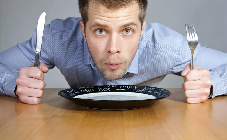 dieta. zdrowe odżywianie, co jeść, by dłużej żyć, głodny mężczyzna, pusty talerz