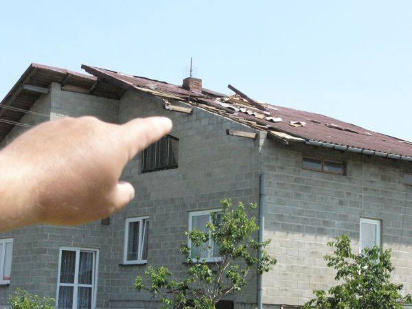 Edward Oksiński stracił dach domu, fragment komina i rynnę