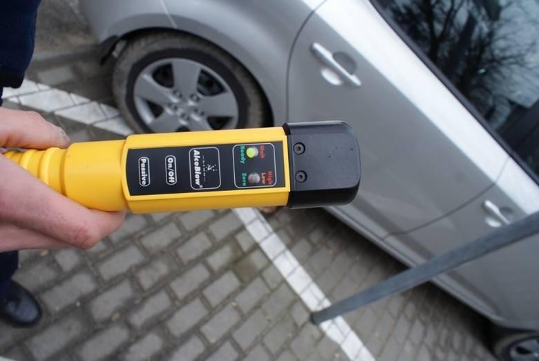 Wypadek BMW w Piotrkowicach koło Kozienic. Samochód nagle zjechał z drogi i wpadł do stawu. W środku było dwóch kompletnie pijanych mężczyzn
