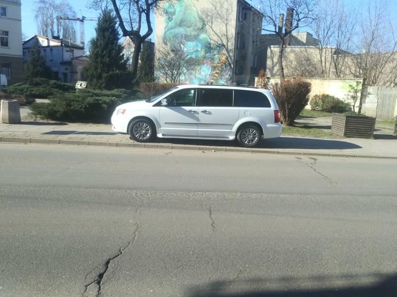 Parkowanie. Okazuje się, że niełatwe to zadanie. Kierowcy potrafią swoją pomysłowością zaskoczyć niejednego. Nasi Czytelnicy wyczuleni są na punkcie