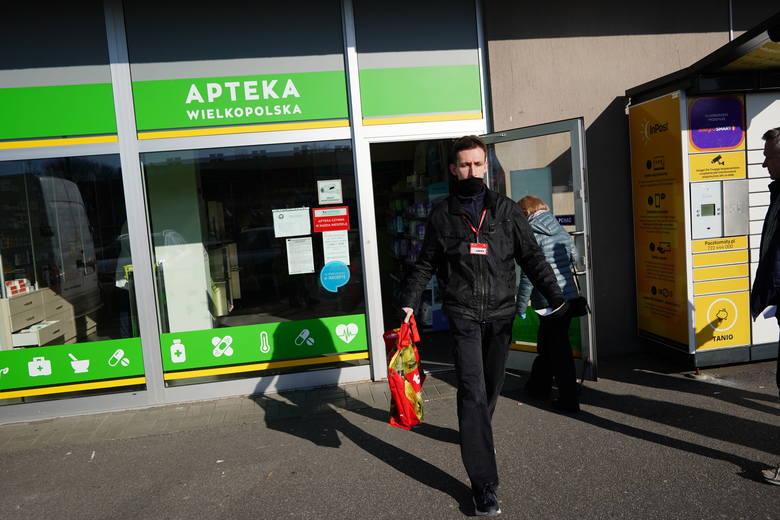 80 wolontariuszy Caritasu pomogło już 180 seniorom z Poznania. Na zdjęciach Jacek Pilip robi zakupy dla seniora z os. Wichrowe Wzgórze.