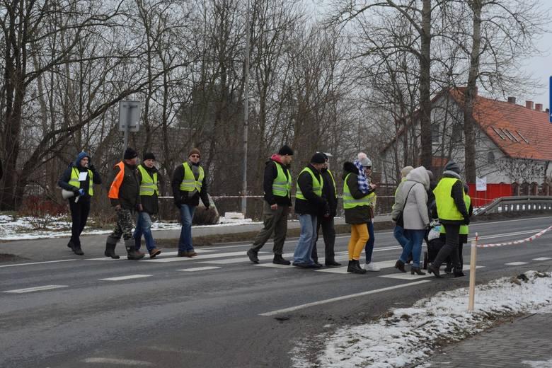 W piątek po południu mieszkańcy Rzęśnicy (gm. Złocieniec) wyszli na biegnącą przez wieś drogę krajową nr 20 i przez godzinę blokowali ruch.Przez cały