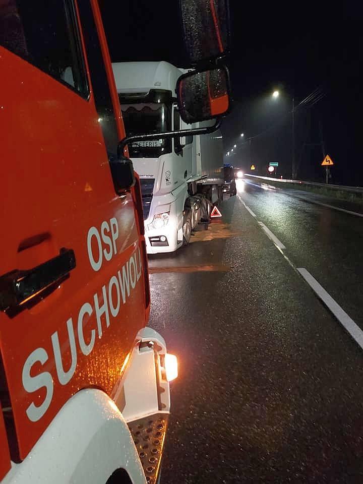 Na DK 8 w Poświętnem zderzyły się dwa samochody: osobowy z ciężarowym