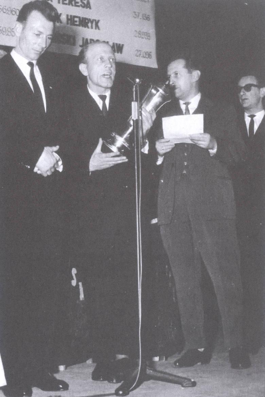 """Bramkarz Stali Ryszard Mysiak (z lewej) wygrał pierwszy plebiscyt """"Nowin"""""""