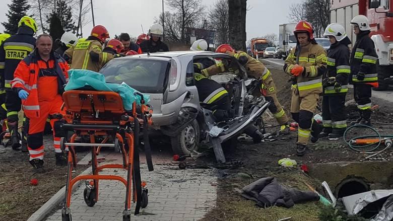 Wypadek na drodze krajowej nr 7 w Woli Więcławskiej koło Michałowic Samochód opel uderzył w betonowy przepust znajdujący się przy drodze. Dwie osoby