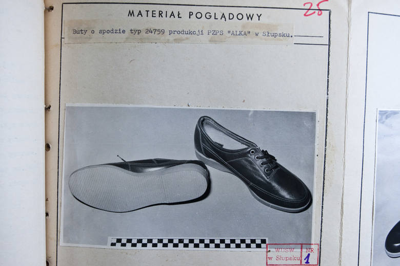 """W podobne buty, produkcji słupskiej """"Alki"""", miał być ubrany sprawca. Ustalono to na podstawie odcisku stopy, jak pozostawił na miejscu zbrodni spraw"""