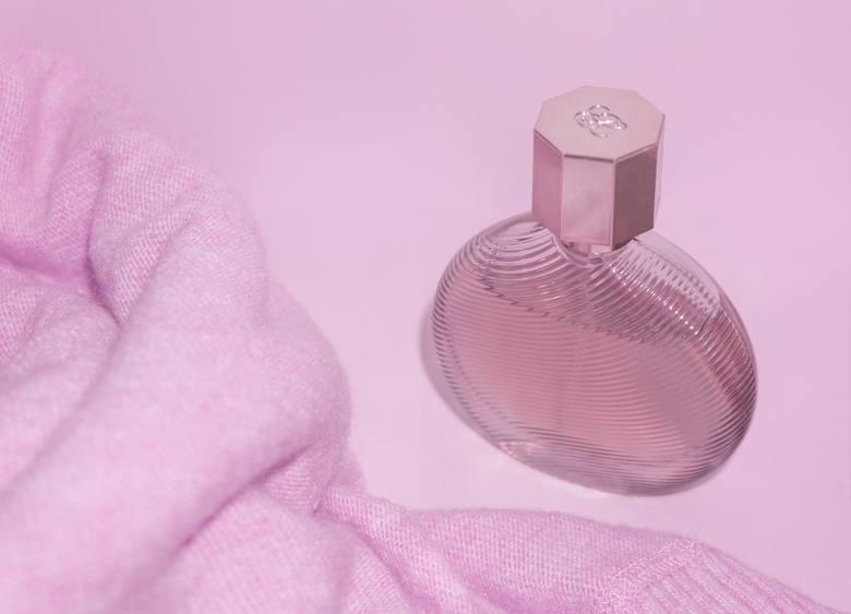 Słodkie i owocowe zapachy również przyciągają komary. Jeśli nie chcecie zostać pogryzieni przez te insekty - lepiej wybierzcie inne perfumy.