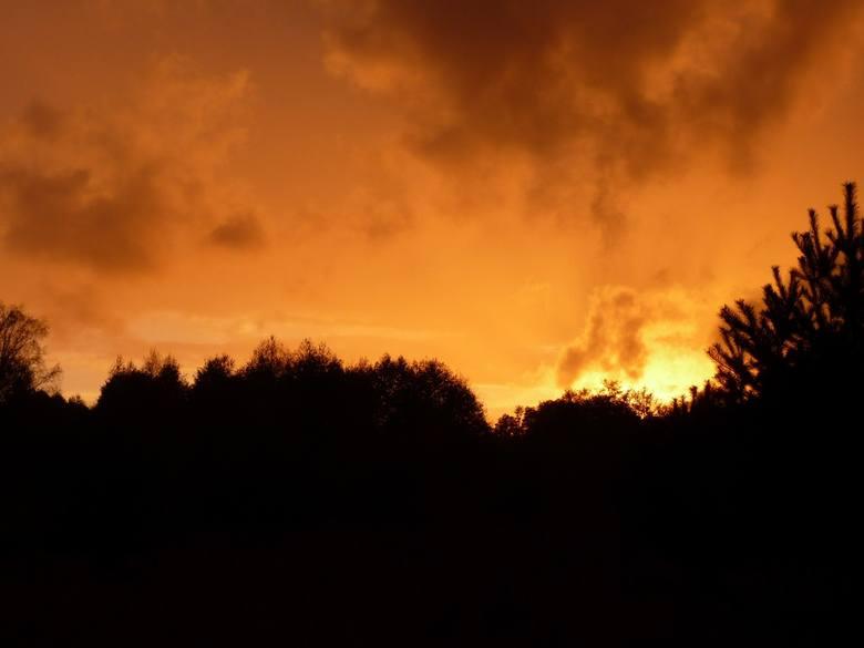 To nie ogromny pożar, tylko zachód słońca.Zobacz wideo: Krwawy Księżyc uwieczniony w niesamowitym timelapsieWideo: STORYFUL