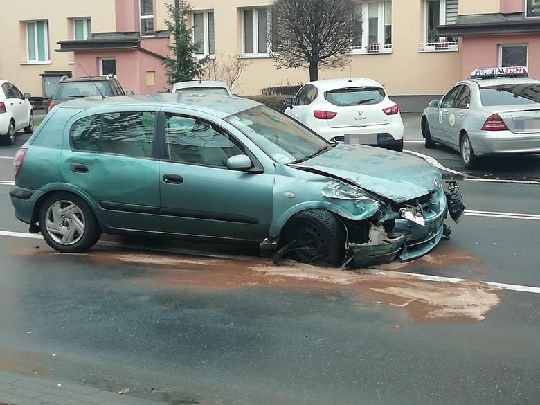 Po godz. 12 na ul. Hetmańskiej w Rzeszowie zderzyły się dwa samochody osobowe. Na miejscu straż pożarna, policja i karetka pogotowiaRuch na ul. Hetmańskiej