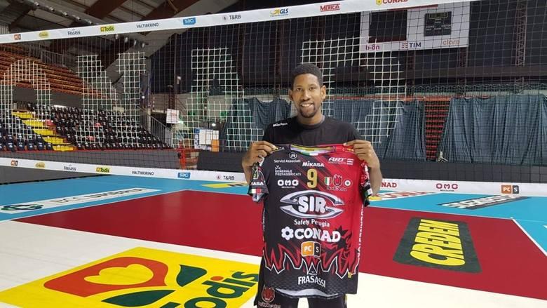 Koszulka klubowa Sir Safety Perugia z autografem Wilfredo Leona.Link do aukcji: https://charytatywni.allegro.pl/koszulka-z-autografem-wilfredo-leona
