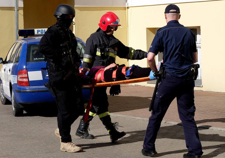 Po godz. 10 do urzędu przyjechali policjanci, a chwilę po nich na nogi postawiono wszystkie służby – pogotowie i straż oraz antyterrorystów. Okazało