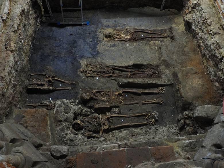 Kraków. Niezwykłe odkrycia u norbertanek. Archeolodzy znaleźli szkielet z liczymi dewocjonaliami