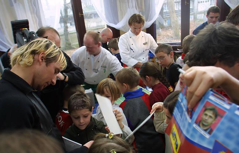 Mali kibice oblegali piłkarzy Pogoni. Maciej Stolarczyk (z lewej) rozdał kilkadziesiąt autografów.