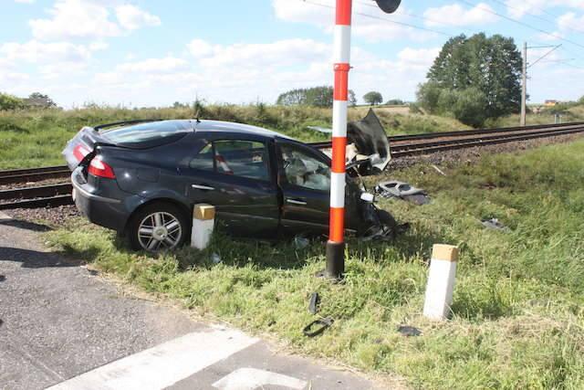 Lubień Kujawski: Samochód wjechał na przejazd kolejowy. Doszło do zderzenia [ZDJĘCIA]