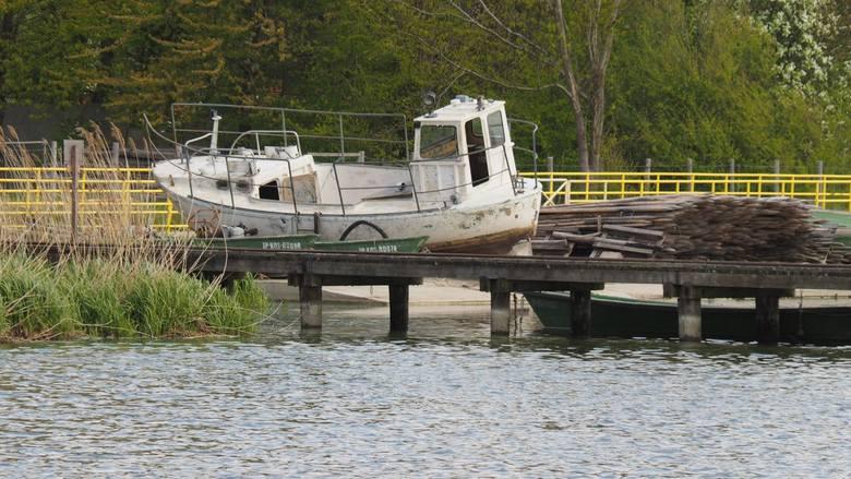 Poziom wody w jeziorze Jamno jest rekordowo niski. Niemal nic nie może po akwenie pływać, zagrożona jest inauguracja statku Koszałek. Przedsiębiorcy