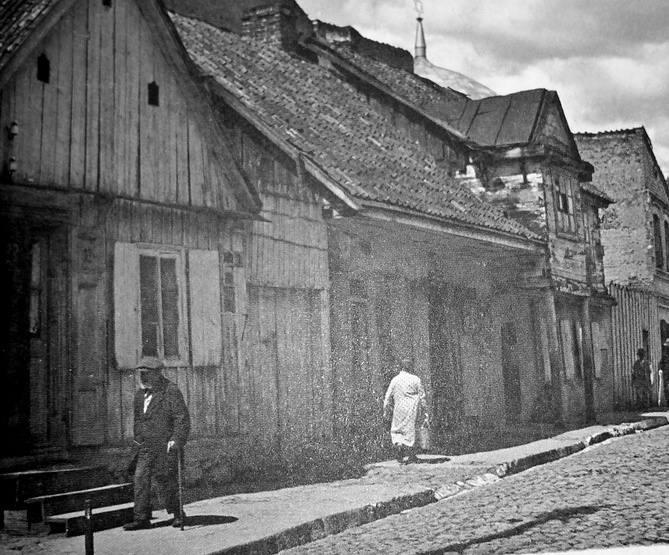 Ul. Bożnicza w kierunku ul. dr. Józefa Chazanowicza. Nad dachami domów widać fragment kopuły synagogi (ze zbiorów Dariusza Hajduczeni)