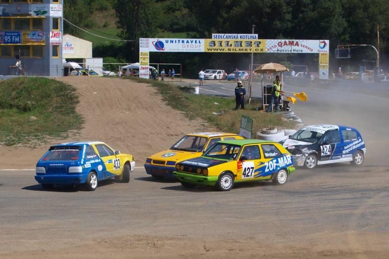 Za moment Andrzej Wróbel (nr 427) obejmie prowadzenie w 1. wyścigu eliminacyjnym.