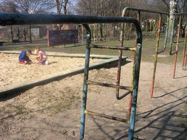 Plac zabaw w parku na tyłach pomnika Walki i  Męczeństwa w Żninie ma doskonałą lokalizację -  w centrum miasta, ale z dala od ruchliwych  szlaków komunikacyjnych.