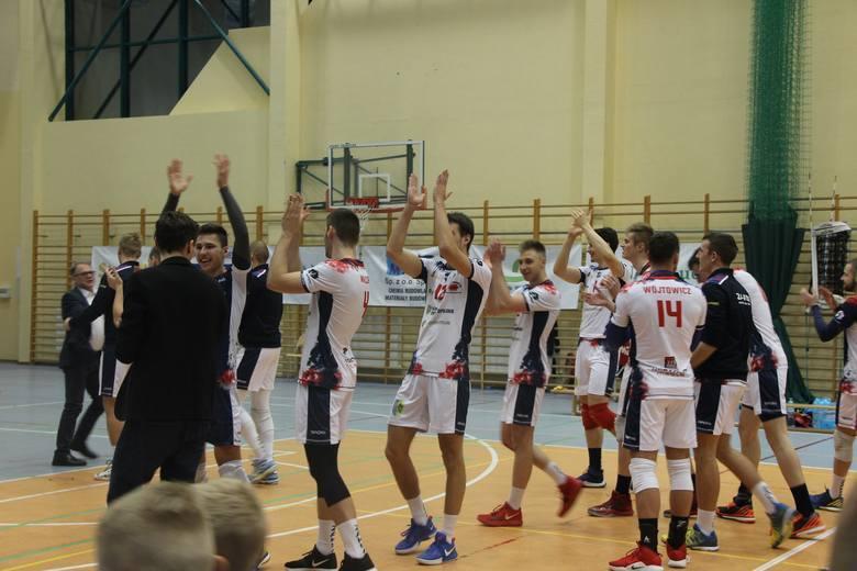 Na jakże różnych etapach sezonu są nasze drużyny rywalizujące na trzecim poziomach w najpopularniejszych halowych grach zespołowych. Koszykarki i futsaliści