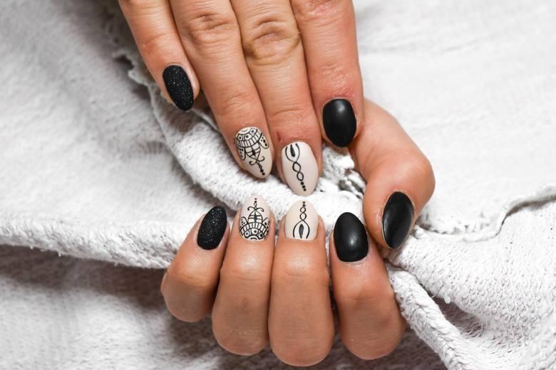 Modny manicure 2021. Zobacz jakie trendy będą obowiązywały w tym roku. Radomskie manicurzystki chwalą się swoimi pracami na Instagramie. Zobacz piękne