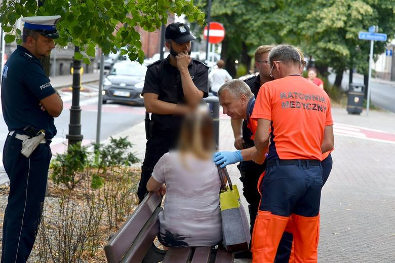 Policja z Leszna szuka kierowcy czarnego porsche, który we wtorek około 14.00 uderzył w twarz młodą kobietę na pasach przy Alejach Krasińskiego. Po tym