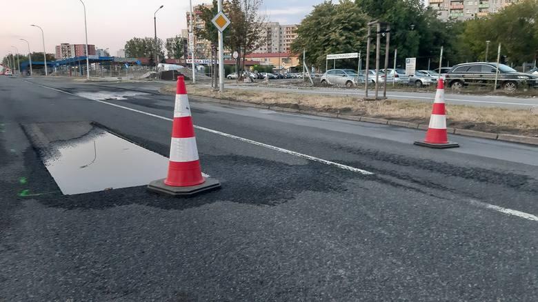 Na ulicy Sosnkowskiego w niedzielne popołudnie ostało się raptem kilka pachołków ostrzegających przed wyrwami w jezdni.