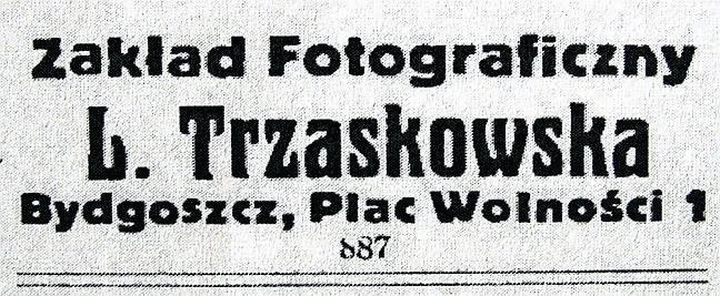 Joanna Czajkowska z uczennicami przed swoim zakładem fotograficznym na ulicy Farnej 4 w Bydgoszczy.