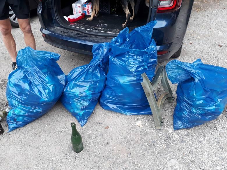 Kluczborscy biegacz na nietypowym treningu połączonym ze zbieraniem śmieci.