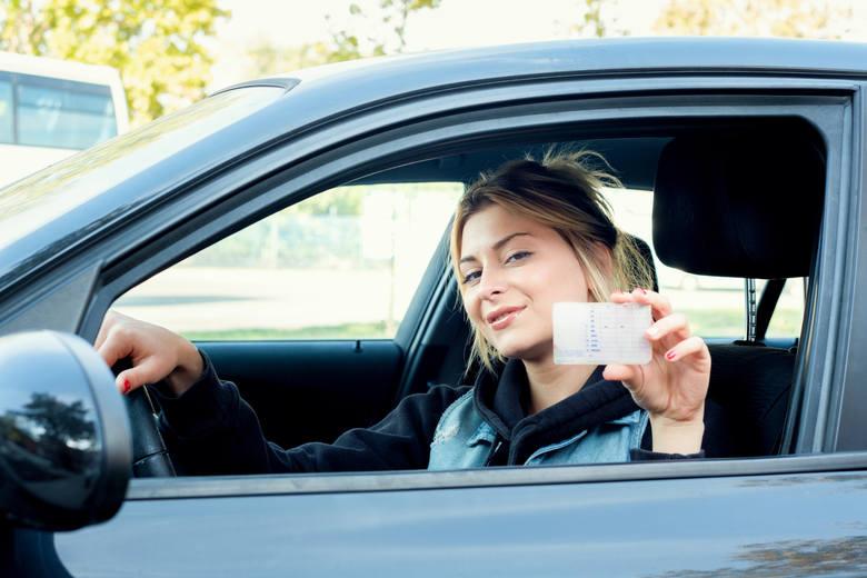 Wyjątkowe traktowanie nowych kierowców, jazdy doszkalające czy zielony listek na razie nie wejdą w życie. Taką decyzję podjęło Ministerstwo Cyfryzacji.