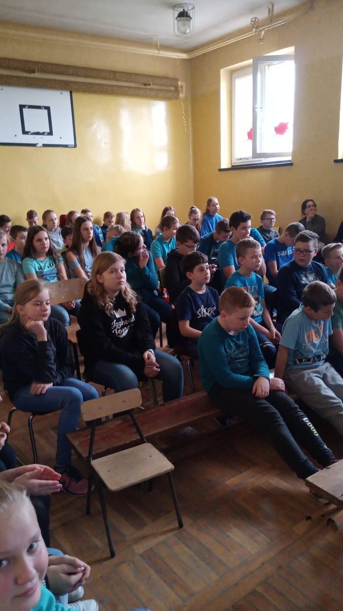 Stworzyli Łańcuch Przyjaciół Dzieci. Uczniowie z Sułoszowej solidarni z dziećmi, których prawa nie są respektowane
