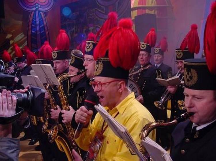 Górnicza orkiestra odwiedziła warszawskie studio WOŚP. Jurek Owsiak dołączył do zespołu, reklamując i promując go na scenie i na antenie. Relację na żywo z finałów WOŚP co roku oglądają miliony Polaków.