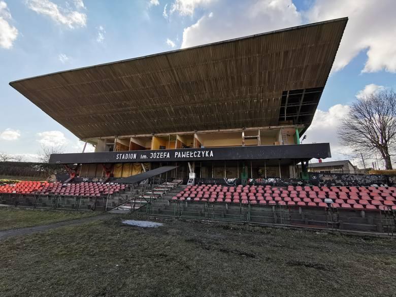 Rozpoczął się remont budynku klubowego, szatni i zadaszenia stadionowego, na którym pojawią się  panele fotowoltaiczne Zobacz kolejne zdjęcia/plansze.