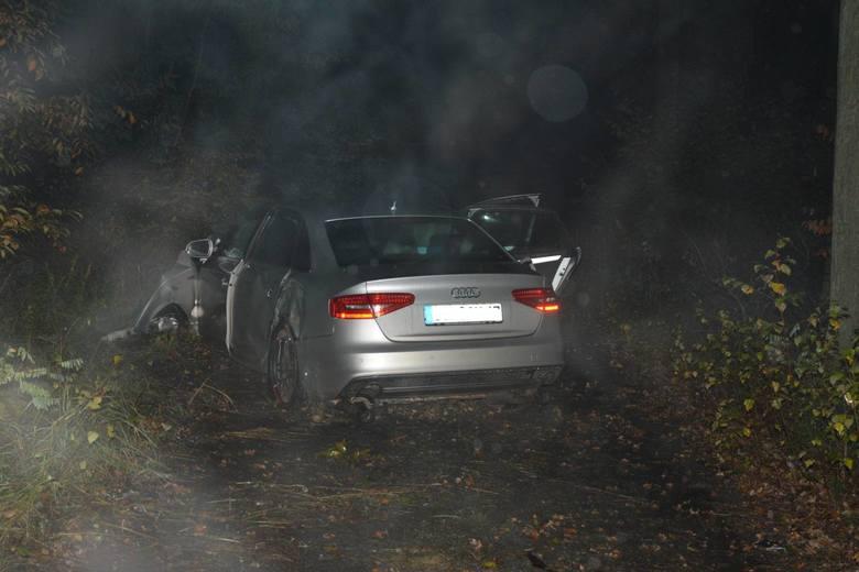 Funkcjonariusze Straży Granicznej ścigali kierowcę audi, który nie zatrzymał się do kontroli. Mężczyzna uciekł porzucając zupełnie zniszczony samochód.Do