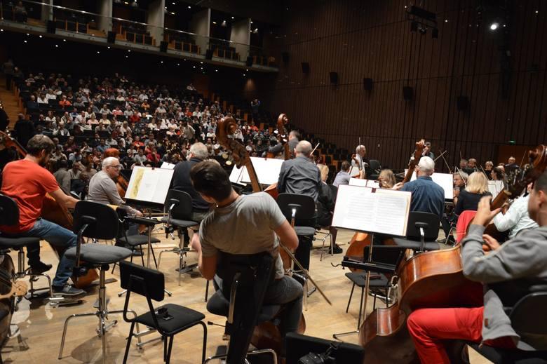 Ubodzy łodzianie słuchali Beethovena i Czajkowskiego w Filharmonii Łódzkiej