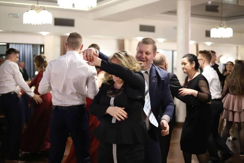22 lutego chwilę przed godziną 19 w Koneckiej sali bankietowej Astoria swój bal studniówkowy rozpoczął Zespół Szkół numer 1 w Końskich. Na sali bawiło