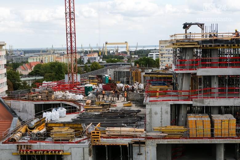 Budowa Hanza Tower rozpoczęła się w 2013 roku i do tej pory nie może się kończyć. Według najnowszych informacji wykonawca ma czas do końca drugiego kwartału