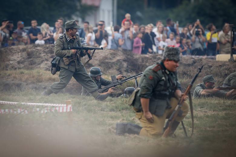 Tłumy osób pojawiły się w  Parku Historycznym Blizna, gdzie zlokalizowany był niemiecki poligon broni rakietowej V1 i V2. Podczas Pikniku Militarnego