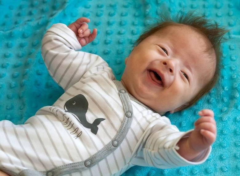 Mały Adaś może mieć zdrowe obie rączki, ale potrzebuje operacji