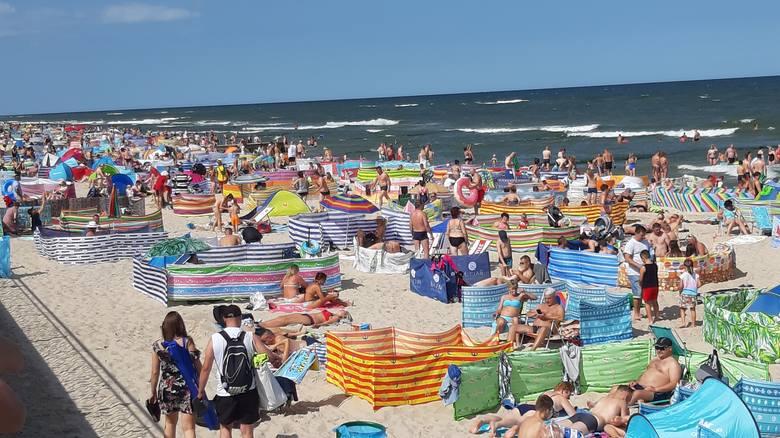 Sezon w pełni. Na plaży w Sarbinowie można spotkać wielu plażowiczów. Nawet z daleka ujrzeć można setki parawanów. Zobaczcie zdjęcia!