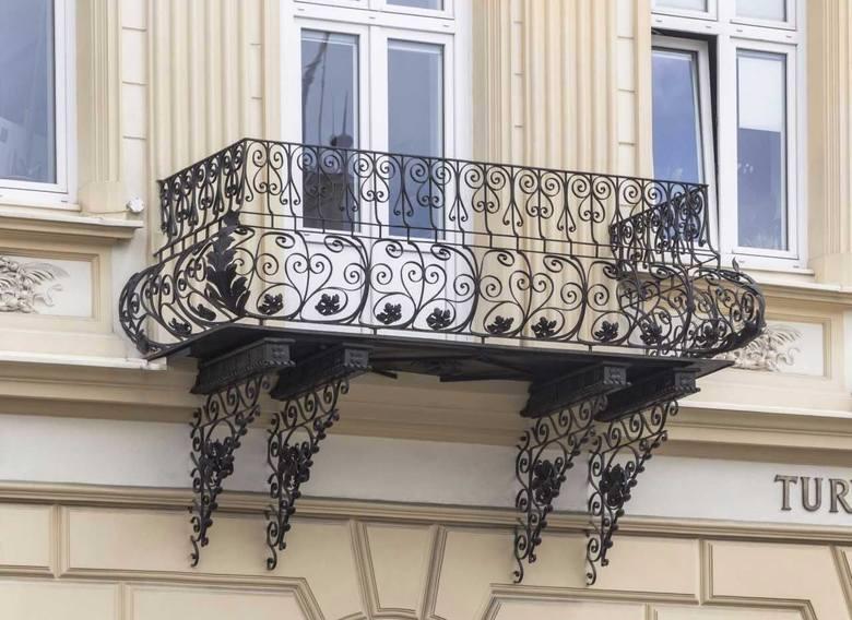 Stare balkony Rzeszowa urzekają kunsztownie wykonanymi detalami, wyszukanym  wzornictwem. Na zdjęciu balkon przy ul. Bernardyńskiej.