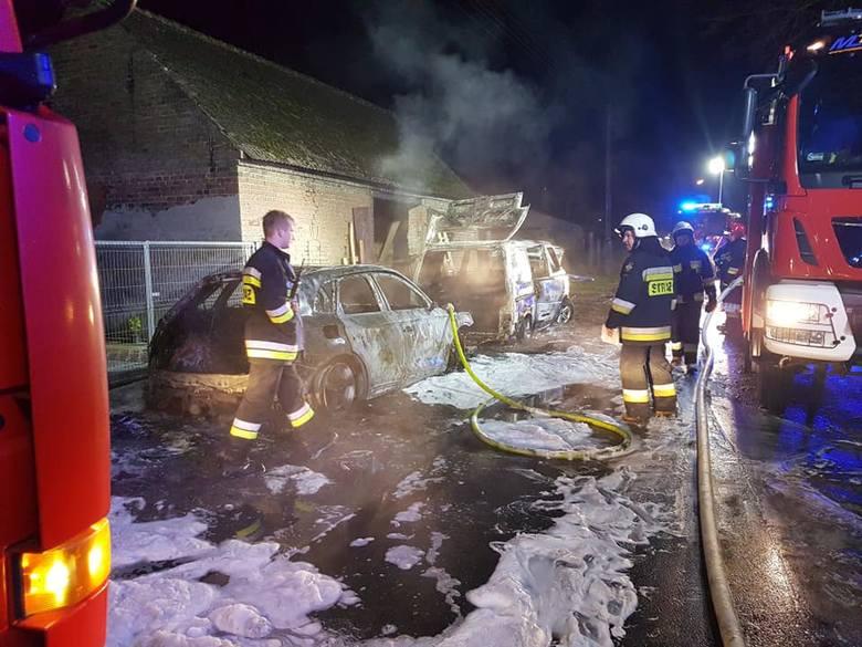 Do zdarzenia doszło w nocy (4 lutego), około godz. 2, w Gajewie, w powiecie gorzowskim. Po godz. 2 strażacy dostali zgłoszenie o palących się samochodach
