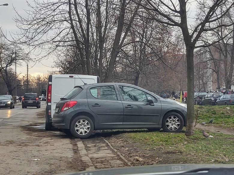 Poprosiliśmy internautów o zdjęcia radomskich Mistrzów Parkowania.  Też masz jakieś zdjęcie? Wyślij je na radom@echodnia.eu lub na nasz Facebook.ZOBACZ