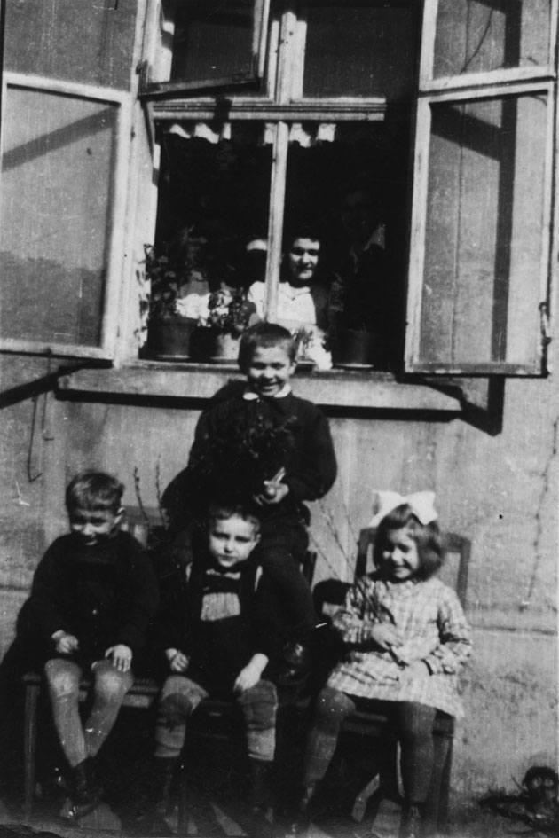 Zielona Góra 1945 ulica Traugutta 6g. pod oknem po środku autor Andrzej obok siostra Ela a po lewej syn Puszkarskiego