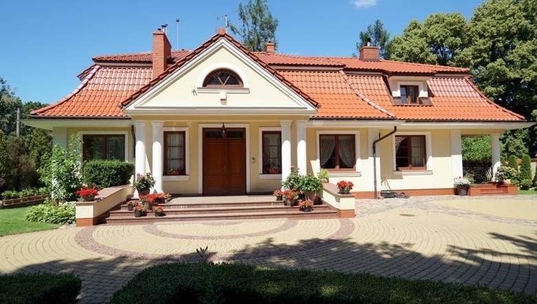 Dom Nowogród, ul. Gen. W. Sikorskiego. Cena: 2 800 000 zł. Dom wybudowany w 1998 roku w technologii tradycyjnej: ceramika + styropian (12 cm). Na dachu