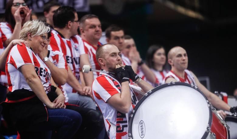 Kibice Asseco Resovii zadają sobie pytanie, jakich siatkarzy zobaczą w swoim zespole w nowym sezonie. W Rzeszowie mieli już praktycznie skompletowaną