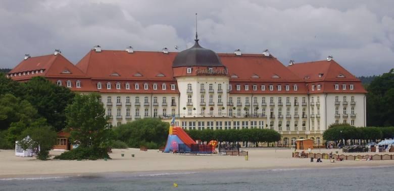 """W pierwszym odcinku (""""Major opóźnia akcję"""") widzowie mogli z kilku perspektyw popatrzeć na Grand Hotel, w którym melduje się Borewicz. Jest też sopocka"""