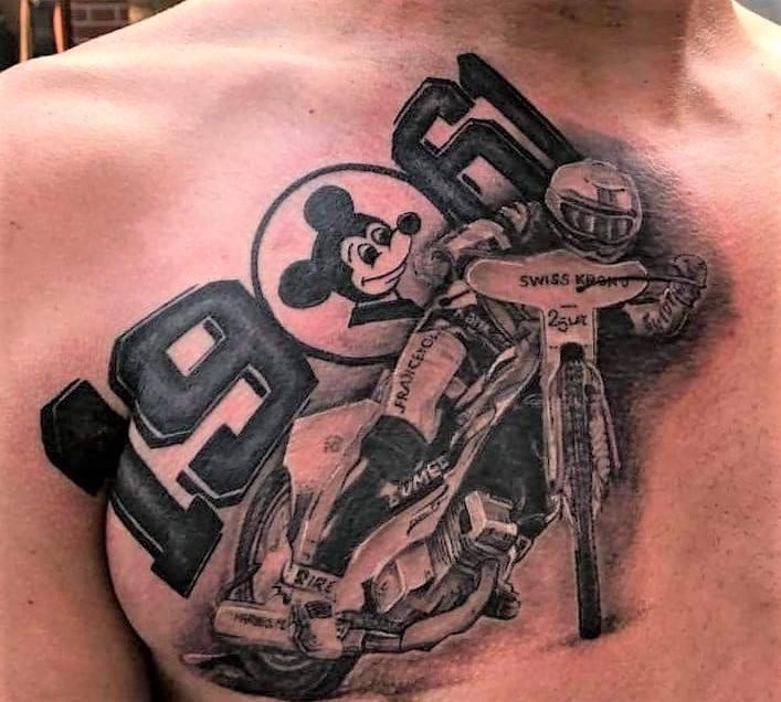 Żużlowcy jeżdżący na jednym kole, nazwy i loga klubów, wizerunki idoli – kibice speedway'a ozdabiają swoje ciała rozmaitymi tatuażami, które wyrażają