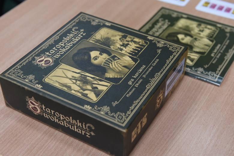 """""""Staropolski wokabularz"""" to pierwsza gra planszowa stworzona w Książnicy Kopernikańskiej. Wczoraj odbyła się jej oficjalna prezentacja. Gra została zaprojektowana"""