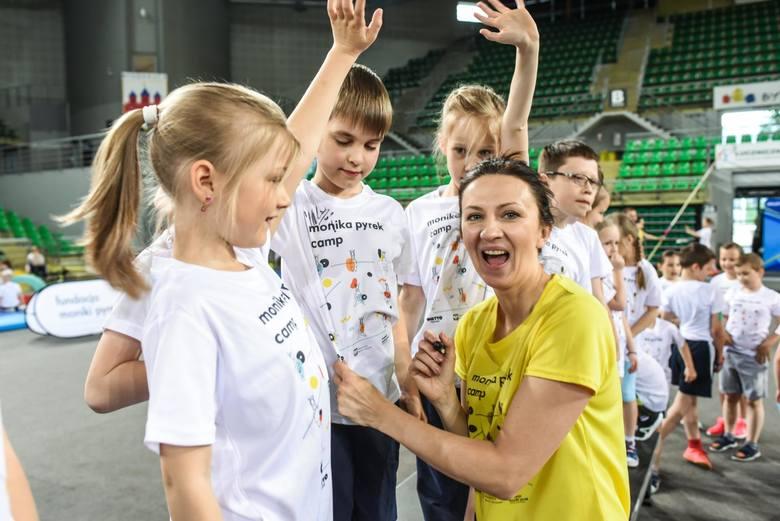 W środę, 15 maja, w Hali Widowiskowo-Sportowej Łuczniczka odbyły się warsztaty skoku o tyczce dla dzieci z Moniką Pyrek. Impreza skierowana była do uczniów